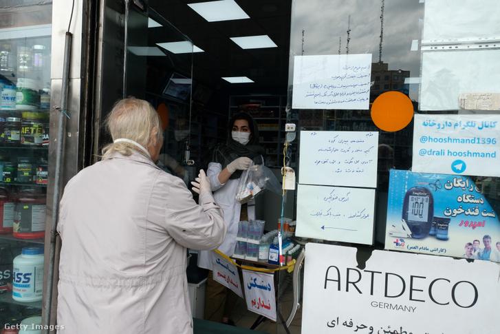 Egy idős férfit szolgálnak ki egy teheráni gyógyszertárban 2020 március 17-én.