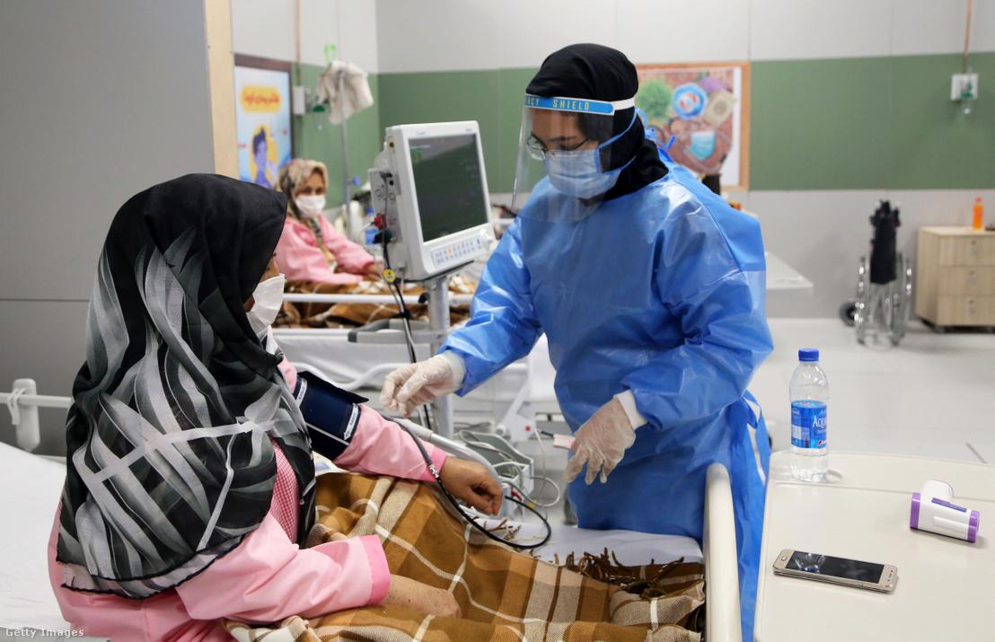 Koronavírussal fertőzött betegek részére kialakított kórjáz egy teheráni bevásárlóközpontban 2020 március 30-án