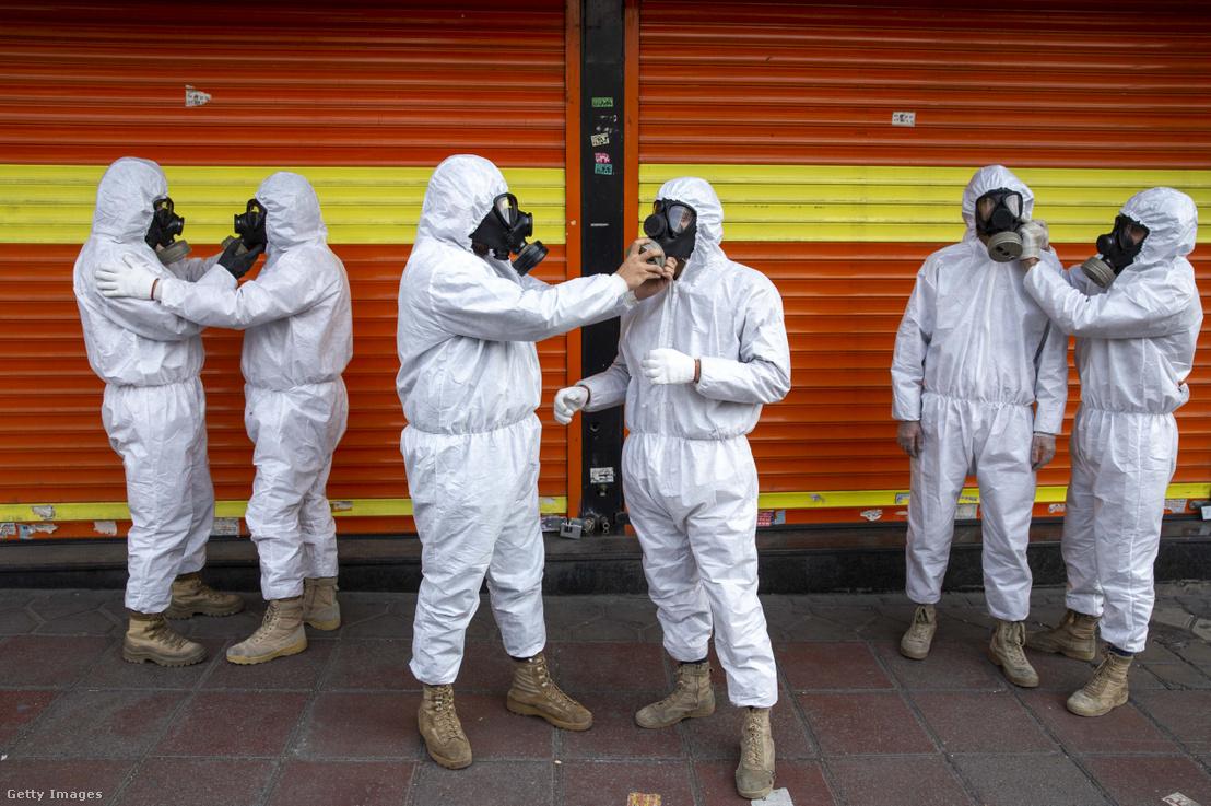 Az iráni Forradalmi Gárda tagjai készülnek elő az utca fertőtlenítéséhez 2020 március 25-én.