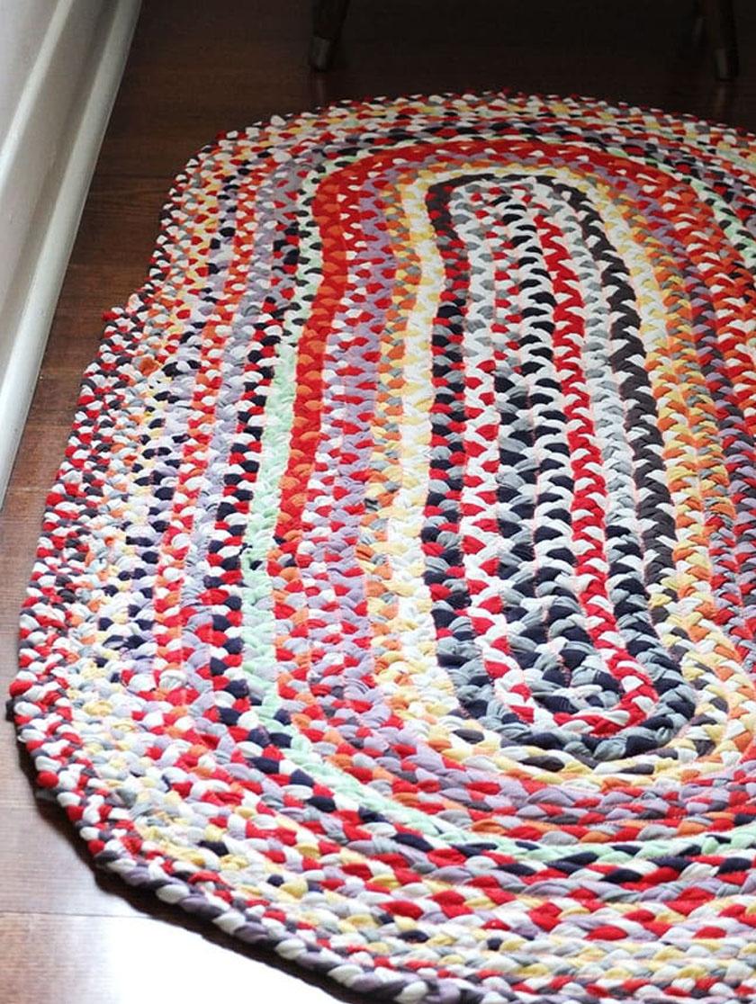 Ez az ovális szőnyeg fonott pólócsíkokból készült. A fonott alapot belülről kifelé haladva, csigavonalban kell szorosan feltekerni, és közben folyamatosan levarrni egyszerű fércöltésekkel.