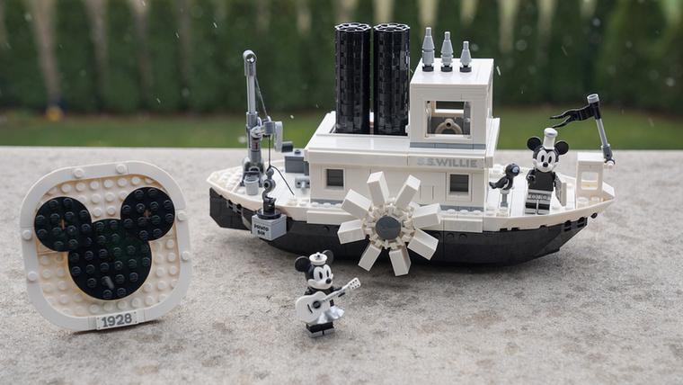 Ezt az 1928-as Walt Disney rövidfilmről mintázták, a Steamboat Willi-ről