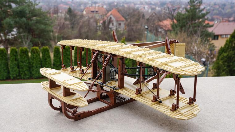 Ez a Wright fivérek által épített első irányítható, motorral hajtott repülő, amivel repültek is: a Wright Flyer