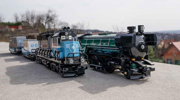 A két vonat egymás mellett.