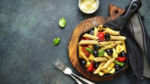 Rapid vacsi: olívás-háromsajtos tészta csirkemellel