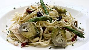 Olasz vega tészta articsókával, parmezánnal és friss paradicsommal