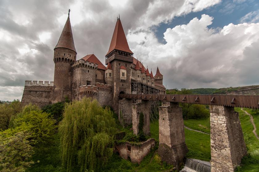 """A legenda szerint a Hunyadi-vár tornyában 3 török raboskodott csaknem 30 éven keresztül, és úgy tartják, azóta szellemek kísértik. A vár falai közt az évek során több szörnyűség is történt, ám érdekes módon a torony neve Nje Bojsia, vagyis """"ne félj""""."""