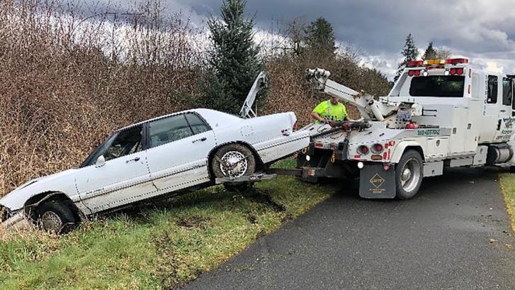 A gyanúsított autóját szállítják el, miután összetörte azt