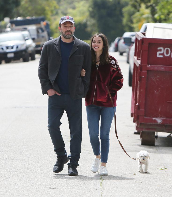 A pár egyébként elég gyakran sétálgat az utcán, ahová velük tart a színésznő kiskutyája is.