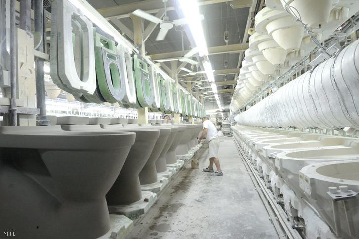 Egy dolgozó szaniterárut készít a Villeroy & Boch Magyarország Kft. hódmezővásárhelyi gyárában még 2015-ben