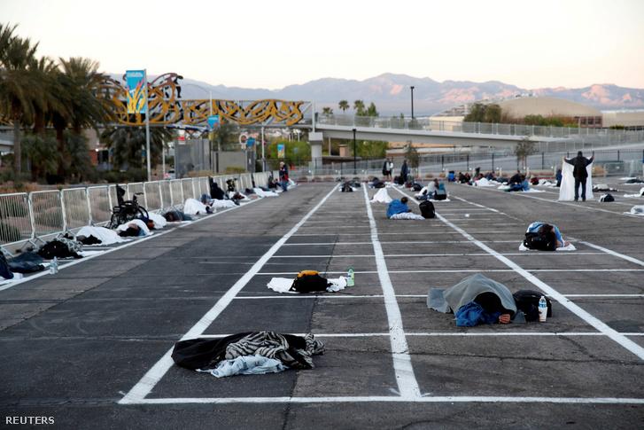 Hajléktalanok egy Las Vegas-i parkolóban a mai napon