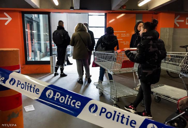 Vásárlók sorakoznak egy brüsszeli áruház előtt