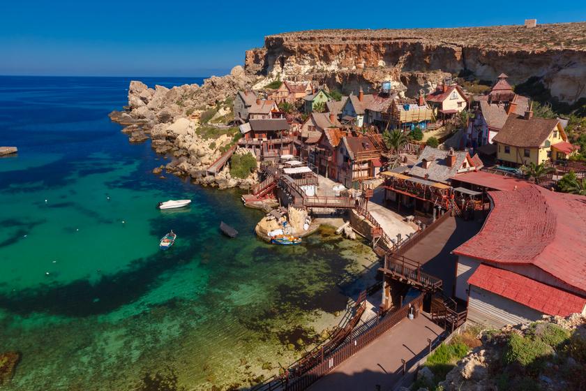 Ilyen elbűvölő kis tengerparti öböl nincs még egy a világon: a máltaiak megvédték a lebontástól a Popeye-falut
