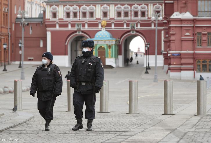 A moszkvai Vörös téren járőröző rendőrök 2020. március 30-án