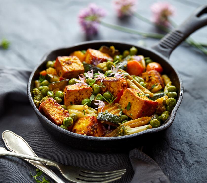 A sok-sok zöldséggel készült tofu valódi vitaminbomba: káliumban és karotinban gazdag brokkoli, sárgarépa, de vajbab és cukkini is mehet bele, akár tetszőlegesen variálva.