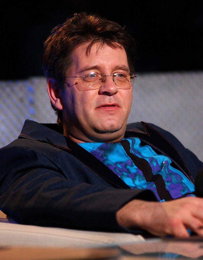 Bakács Tibor Settenkedő, a zsűri egyik tagja a Megasztár című televíziós zenei tehetségkutató műsor döntőjében 2004 áprilisában.