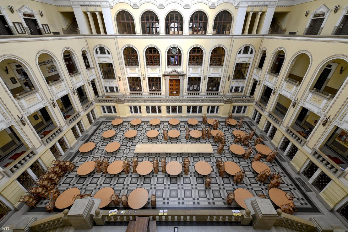 A Debreceni Egyetem főépületének üres díszudvara 2020. március 12-én.
