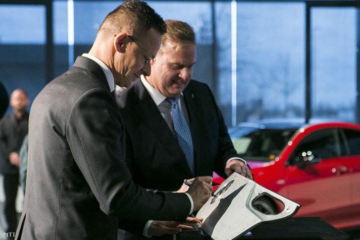 Szijjártó Péter és Christian Wolff a Mercedes-Benz Manufacturing Hungary Kft. ügyvezető igazgatója a Mercedes-Benz beruházásbejelentő ünnepségén Kecskeméten 2020. március 13-án. A városban 50 milliárd forintos beruházást valósít meg a német autógyártó cég.