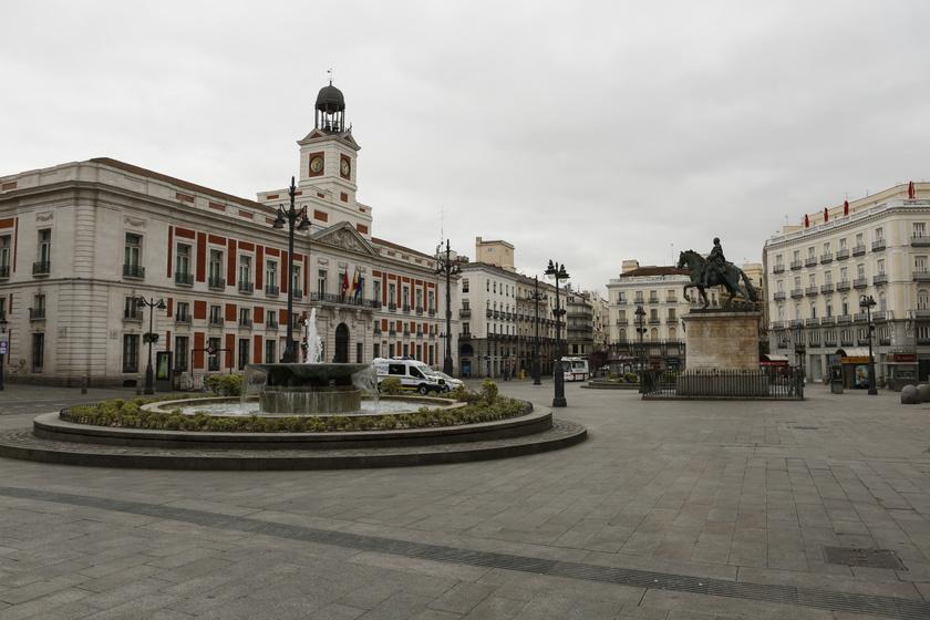 Spanyolország, különösen Madrid térsége vírusgócponttá vált az elmúlt időszakban, így nem csoda, ha híres tere, a Puerta del Sol is üres. A szükségállapot kihirdetése óta csak az élelmiszert, gyógyszert árusító üzletek vannak nyitva, az embereket rendőrségi drónok ellenőrzik.