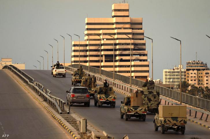 Líbiai katonai zászlóalj harcosai járőröznek Benghazi keleti részén 2020. március 21-én.