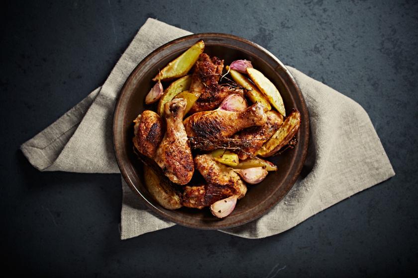 Sütőben sült omlós, szaftos fokhagymás csirkecomb: így nem fog kiszáradni
