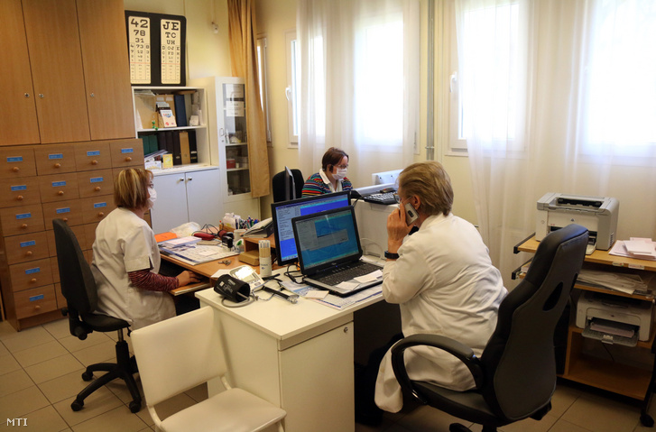 Bakos Ilona háziorvos fogadja a betegek telefonhívását a miskolci rendelőjében 2020. március 24-én.
