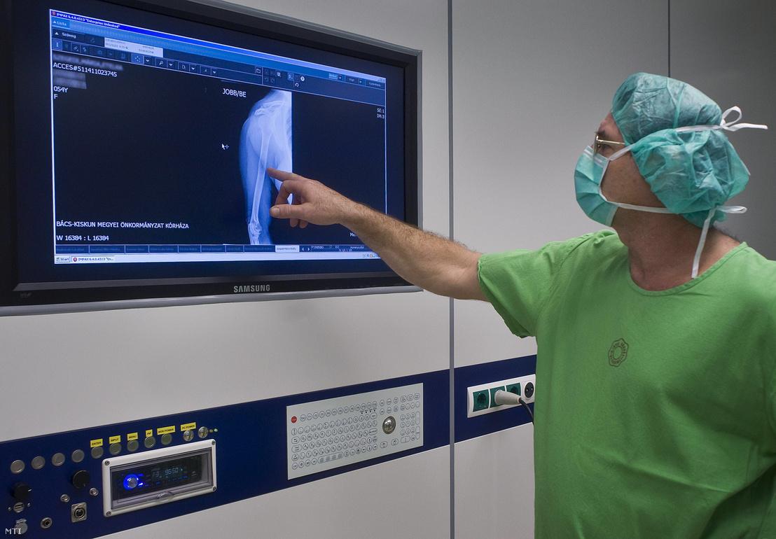 Egy orvos röntgenképet vizsgál a műtő falán elhelyezett monitoron egy felkarműtét elvégzése elõtt a Bács-Kiskun Megyei Önkormányzat Kórházban Kecskeméten 2011-ben.