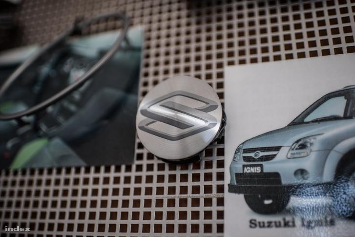 Az első munka, egy Suzuki márkajelzés. Egy üveg fékolajban kellett kibírnia a terhelést.