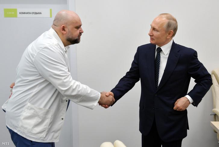2020. március 23-án készített kép, amelyen Vlagyimir Putyin orosz elnököt Gyenyisz Procenko, az új koronavírussal fertőzött betegeket kezelő kórház főorvosa üdvözli a Moszkva melletti Kommunarkában.