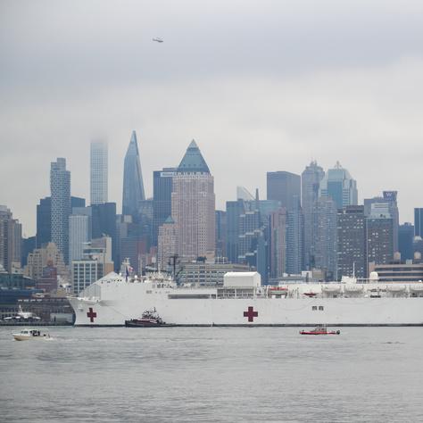A USNS Comfort hadikórházhajó New Yorkba érkezik.