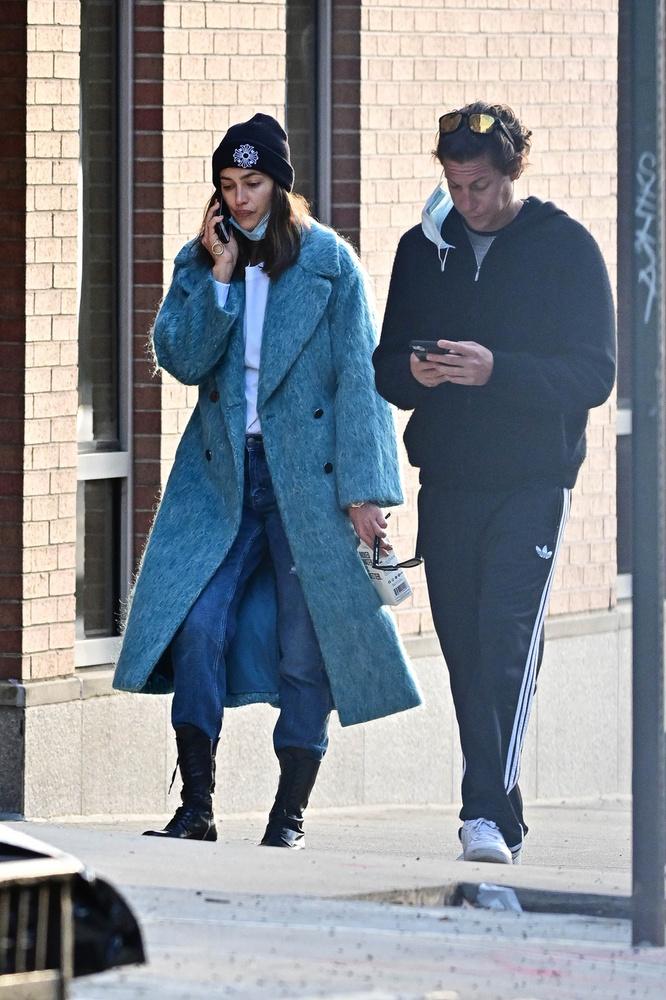 Koronavírus ide vagy oda, elég közel sétáltak egymáshoz, miközben a modell továbbra is telefonon pletykálkodott