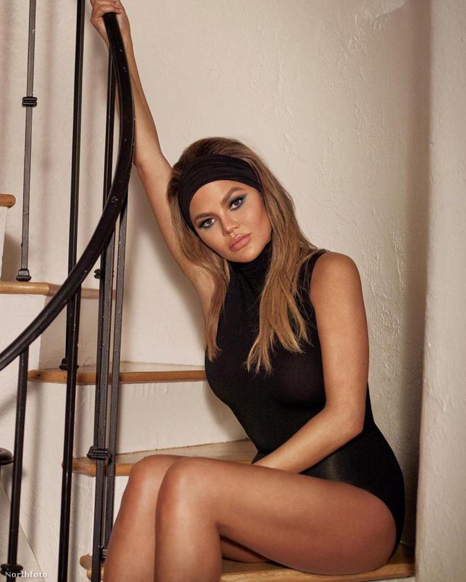 Chrissy Teigen ezen a modellfotóján spontánul időzik egy lépcsőfordulóban,