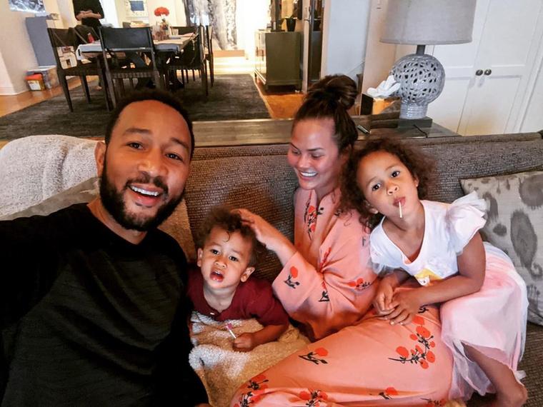 itt pedig élvezi a férjével (John Legend), fiával (Miles) és lányával (Luna) töltött időt.