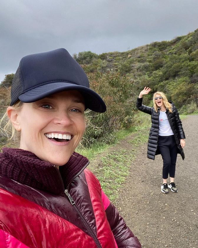 itt pedig Laura Dern színésznővel jó nagy távolságot tartva sétálgat.