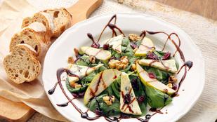 Valami új, valami régi, valami kék: medvehagyma-saláta camembert-rel és szilvás öntettel