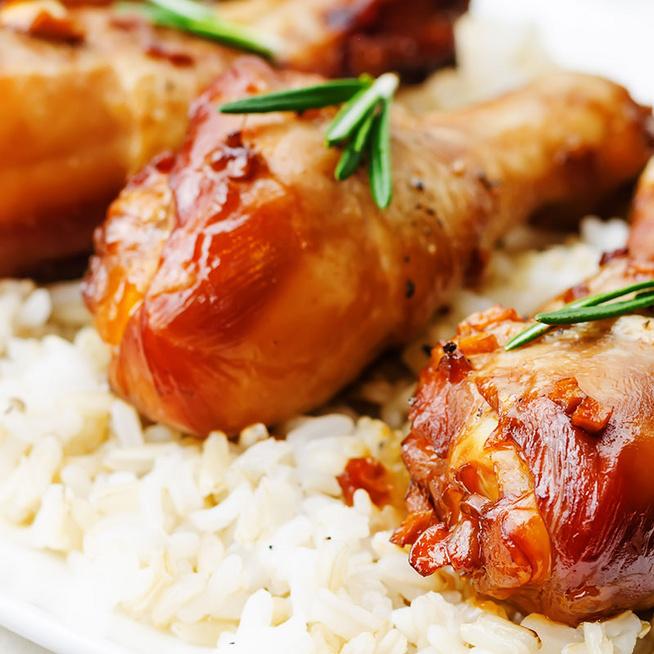 Szaftos, mézzel és fokhagymával sült csirkecombok: sütőben sülnek pirosra