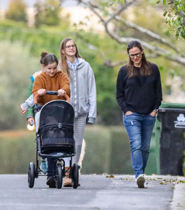 A színésznő a gyermekeivel lépett ki a friss levegőre, ahová kis kedvencük is velük tartott.