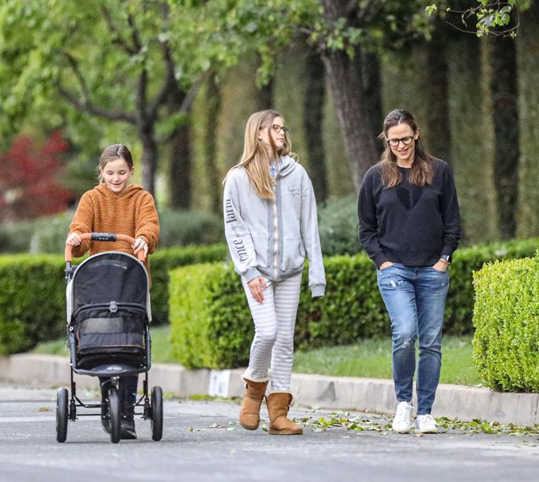 A kiruccanáson egyébként a család összes nőtagja részt vett, a színésznő egyik lánya azonban kissé leszakadt mellőlük.