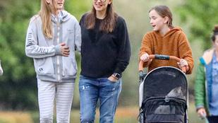 Jennifer Garner babakocsival vitte sétálni a macskáját