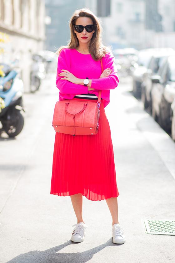 Mindegy, hogy a pink halvány vagy erős árnyalatát párosítod a piroshoz, ugyanis most mindenképp divatos lesz. Egy szoknya egy harsány pulcsival és egy sportcipővel vagány, mégis nőies választás.