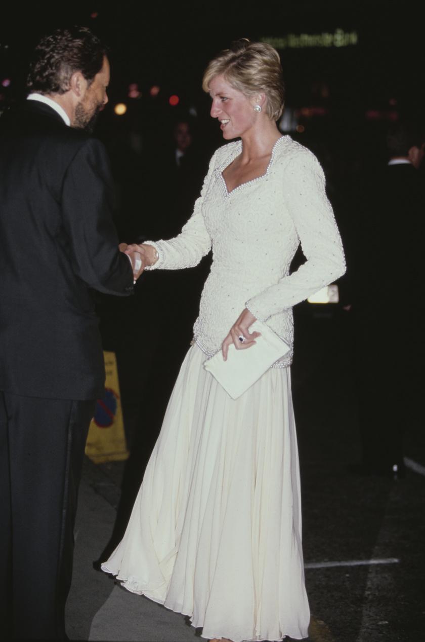 Ezt a Catherine Walker-kreációt 1990-ben, a Buckingham-palotában viselte.