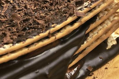 Egyszerű macesztorta sütés nélkül, villámgyorsan – Csokis és tejszínes krémmel van töltve