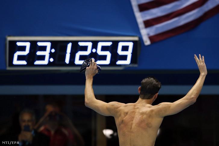 Az amerikai Michael Phelps ünnepel miután megnyerte a férfi 200 méteres vegyesúszás döntőjét a riói nyári olimpián 2016. augusztus 11-én