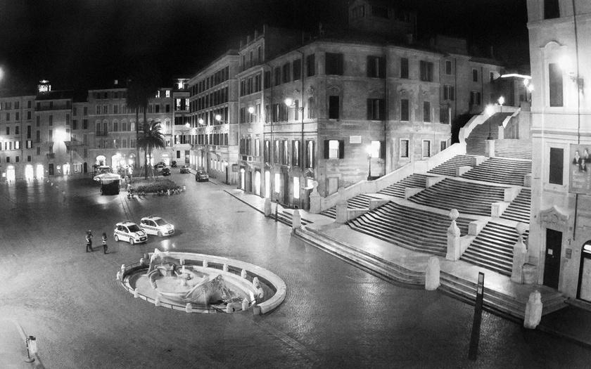 - Míg korábban a késő éjszakában több órán át kellett vesztegelnie egy fotósnak, hogy a város egy üres pillanatát megragadja, most csúcsidőben is órákat kellett várnom a képernyő előtt, hogy egy-egy ember felbukkanjon a kamerák előtt - árulja el Radisics Milán.