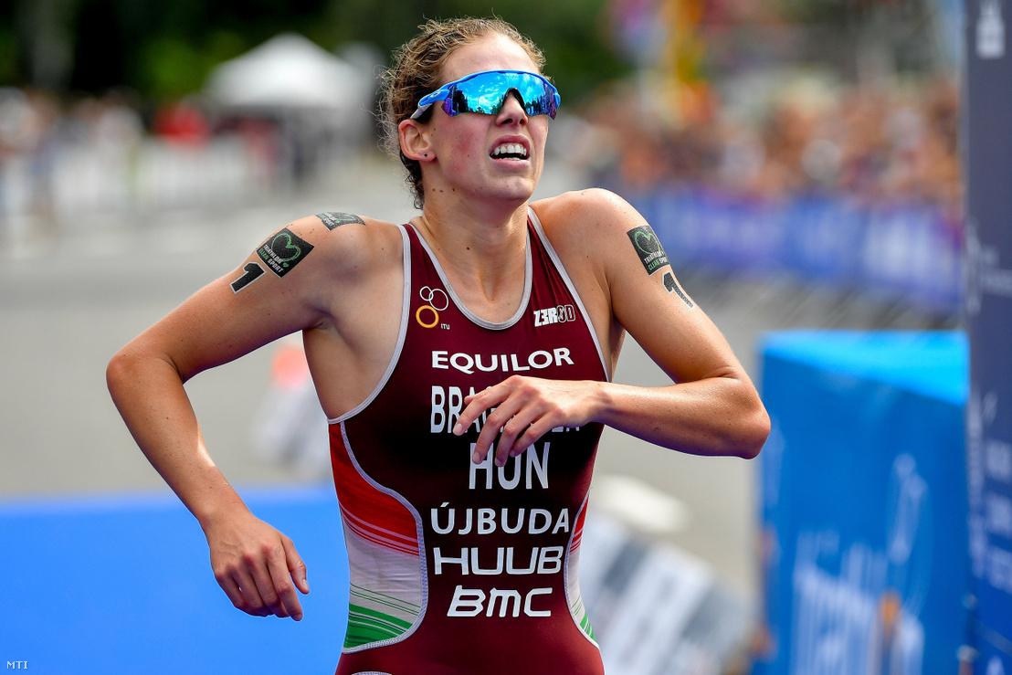 Bragmayer Zsanett célba ér a triatlon világkupa-sorozat tiszaújvárosi állomásának női döntőjében 2019. július 14-én