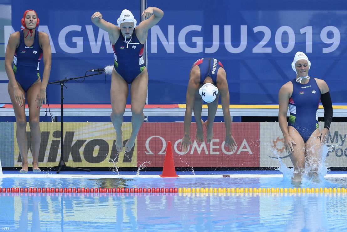 Gangl Edina, Leimeter Dóra, Szilágyi Dorottya és Parkes Rebecca a medencébe ugrik a női vízilabda selejtezőkörének B csoportjában játszott Magyarország - Dél-Korea mérkőzésen a 18. vizes világbajnokságon 2019. július 14-én