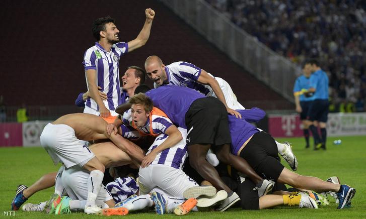 Újpesti játékosok ünnepelnek a labdarúgó Magyar Kupa döntője után miután legyőzték a Diósgyőrt a Puskás Ferenc Stadionban 2014. május 25-én.