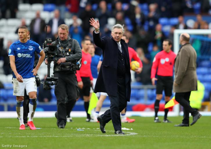 Az Everton vezetőedzője, Carlo Ancelotti int a pályáról az angol bajnokság Everton Crystal Palace ellen játszott mérkőzésén 2020. február 8-án.