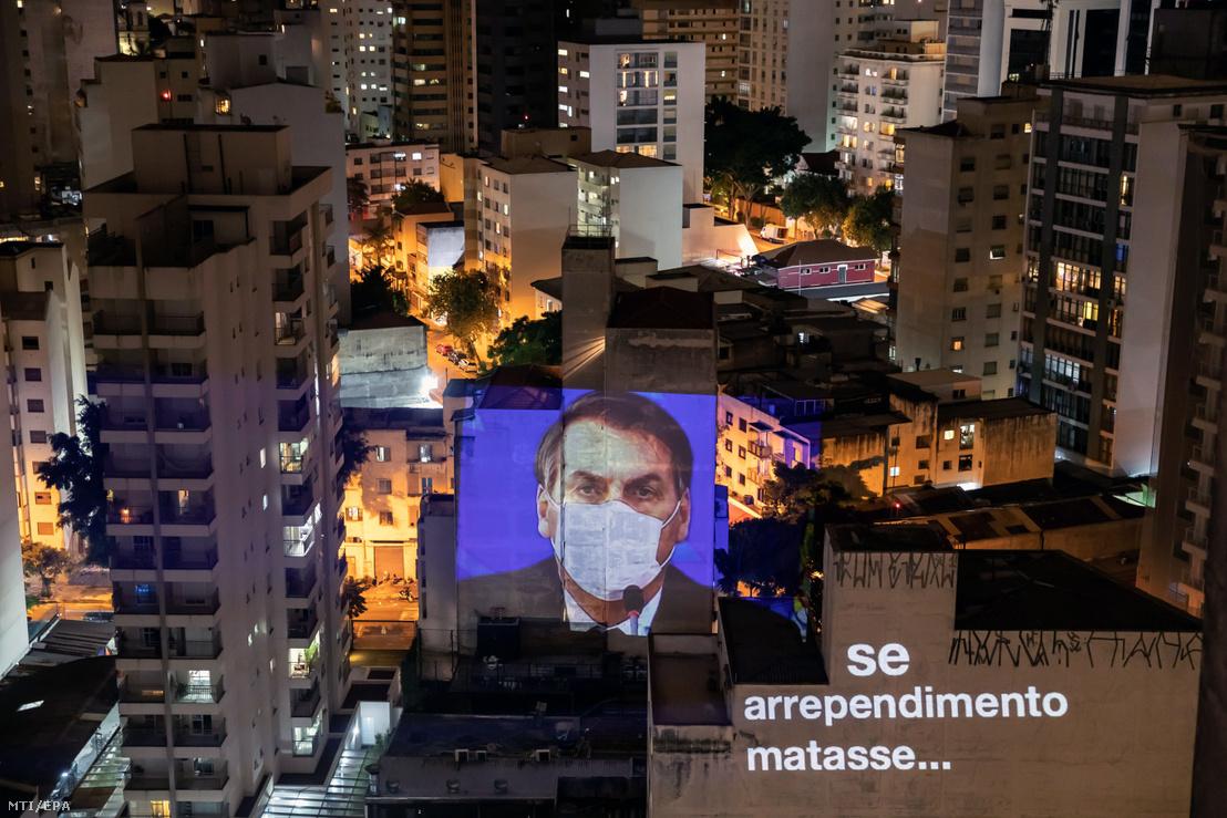 A védőmaszkot viselő brazil államfő óriásportréját vetítették egy épület homlokzatára Sao Paulóban 2020. március 20-án.