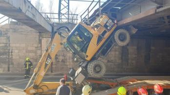 Felüljáró alá szorult egy munkagép a Könyves Kálmán körúton