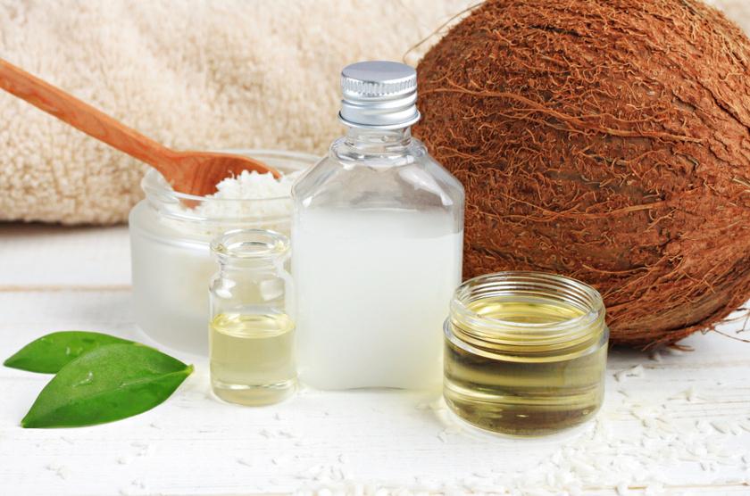A kókuszolaj jól táplálja a száraz bőrt, a szőlőmagolaj pedig lassítja az öregedési folyamatokat, rugalmasabbá teszi a bőrt. Vegyíts 5 evőkanál kókuszolajat 1,5 evőkanál szőlőmagolajjal - ennek híján extra szűz olívaolajjal. Ha kihűlt, tehetsz hozzá néhány csepp - vagy egy kiszúrt tablettányi - E-vitamint is. Nedves kézre vidd fel.